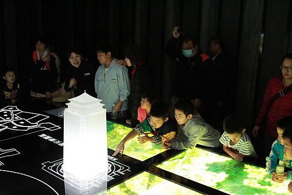 學童在真龍殿互動體驗區領略建築之美