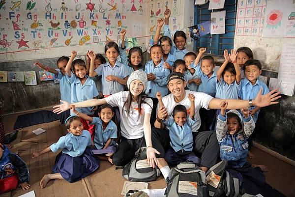 黑人、范范在尼泊爾東烏代普爾計畫區,難忘兒童的純真笑臉。(台灣世界展望會提供)