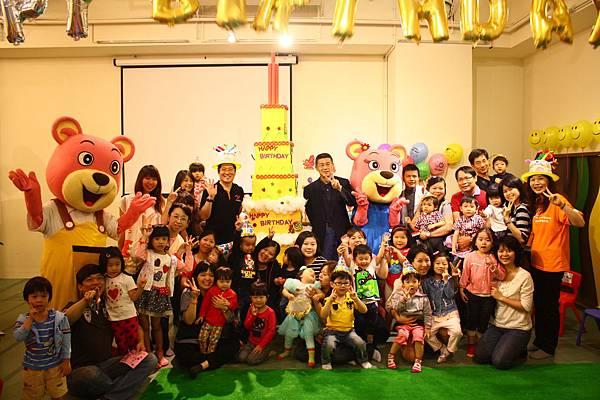 大同親子館週歲派對,台灣世界展望會南岳君會長與社會局王浩局長和4月份小壽星合影
