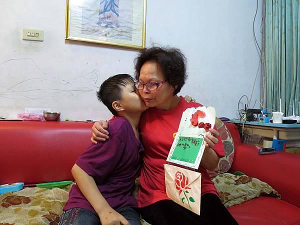 台灣世界展望會透過經濟補助、親子活動及社工員加強關懷訪視,幫助61歲黃奶奶(左)和孫子翰翰(化名,右)獲得適切照顧,家庭逐漸穩定,有了持續前行的力量,翰翰的轉變,