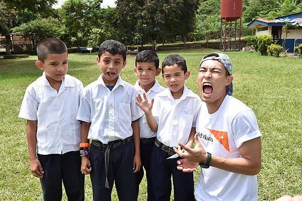 楊祐寧在尼加拉瓜兒童身上感到滿滿的愛(台灣世界展望會提供)