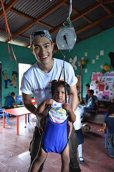 世界展望會教尼加拉瓜社區媽媽定期記錄孩子體重、如何照顧小孩,資助兒童計畫代言人楊祐寧也學習如何幫孩子量體重。(台灣世界展望會提供)