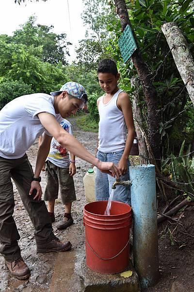 世界展望會與居民在村裡建置31處取水站,包括尼爾森家的230戶居民,終於可取得便利飲水。(台灣世界展望會提供)