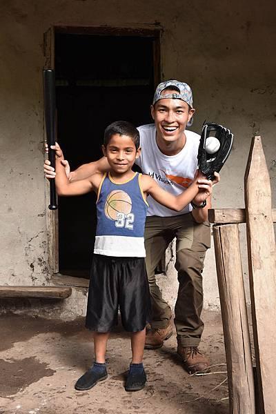 楊祐寧與同名同日生的資助童安東尼奧一起玩棒球(台灣世界展望會提供)
