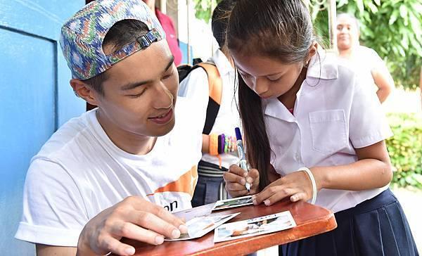 楊祐寧與資助童克莉絲臨別前互留立可拍相片(台灣世界展望會提供)