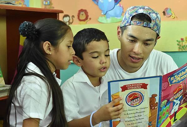 楊祐寧的資助同教他讀西班牙文(台灣世界展望會提供)
