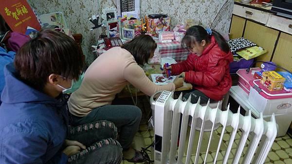 喜歡畫畫的小芳說:有了暖爐,我們家就不怕海風吹好冷了