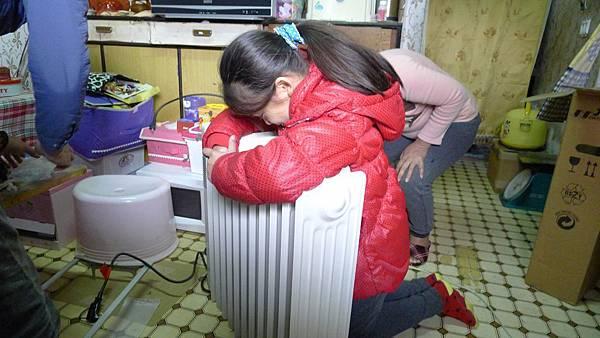 小芳開心抱著愛心暖爐說:有了暖爐,晚上睡覺就不冷了