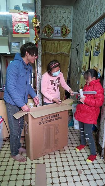 小芳全家開心拆封愛心暖爐,說:有了暖爐,家裡就溫暖了!