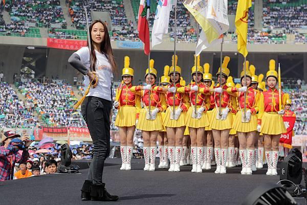 張鈞甯重拾槍法與景美女中儀隊迎大會旗01(台灣世界展望會提供)