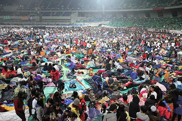 飢餓勇士除了不能進食,更體驗露宿戶外、睡地板的感受(台灣是展望會提供)