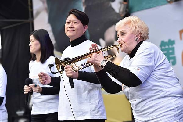 今年89歲的天韻合唱團創辦人彭蒙慧老師現場演奏小喇叭(台灣是展望會提供)