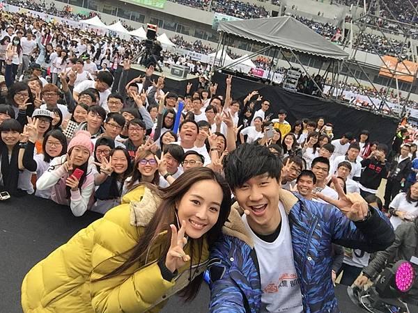 林俊傑、張鈞甯號召營友與他們一同自拍並上傳FB 02(台灣是展望會提供)