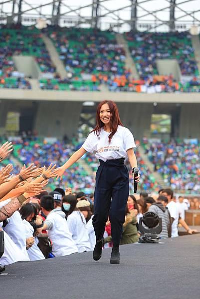 Kimberley陳芳語獻唱〈你在身邊〉和〈愛你〉(台灣是展望會提供)