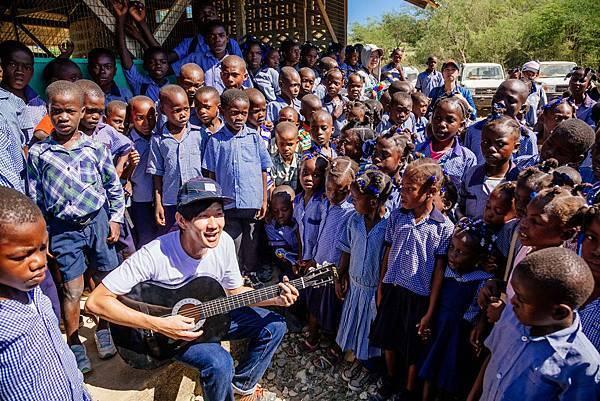 林俊傑與孩子們一起唱剛學會的海地語兒歌(台灣世界展望會提供)