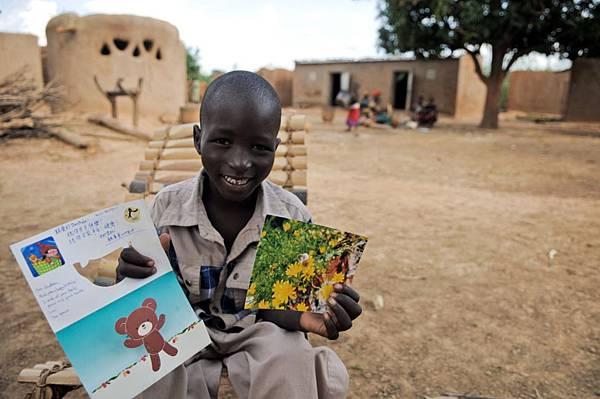 非洲兒童在台灣資助人的親筆卡片中感受到來自遠方的溫暖支持-台灣世界展望會