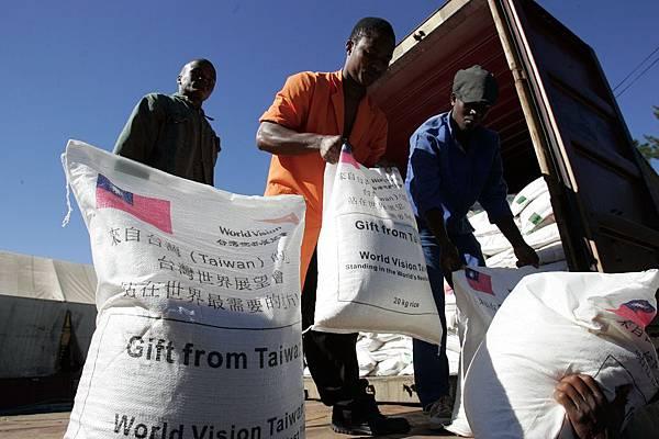 來自台灣的愛心米援助非洲飢民-台灣世界展望會提供