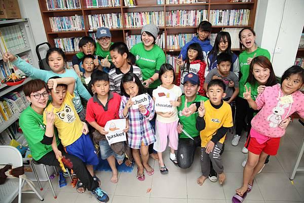 星巴克夥伴參與阿里山的英文課輔班(台灣世界展望會提供)