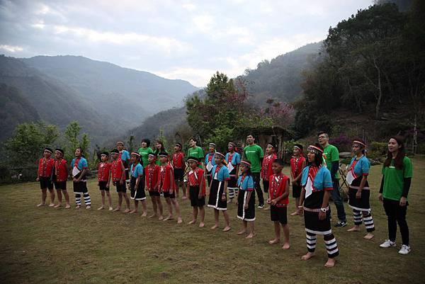 星巴克夥伴在阿里山的清晨與與部落孩子一同唱著《我要向高山舉目》(台灣世界展望會提供)