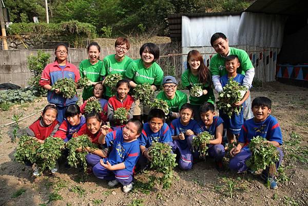星巴克夥伴進入阿里山的部落與孩子一同整理菜園(台灣世界展望會提供)