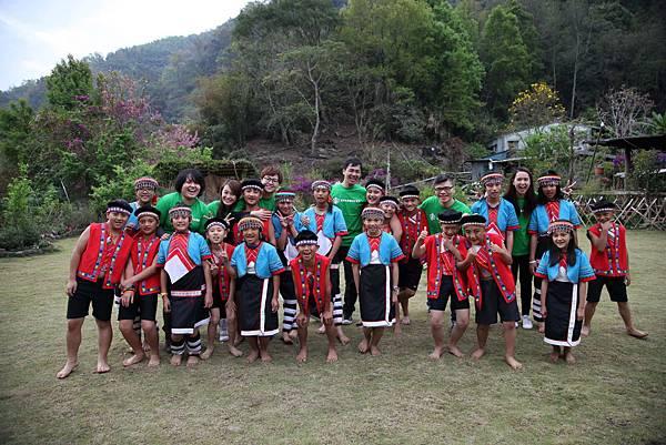 星巴克夥伴在阿里山的清晨與與部落孩子一同唱著《我要向高山舉目》02(台灣世界展望會提供)
