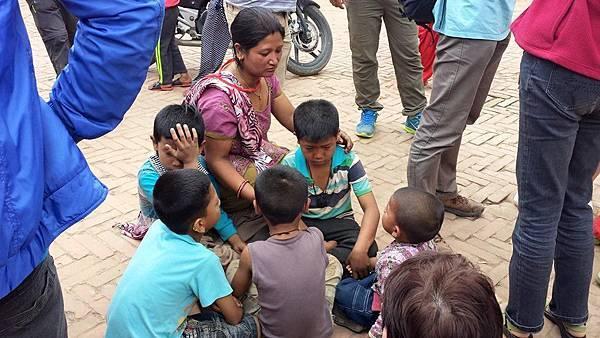 尼泊爾強震後餘震不斷,首都加德滿都飽受驚嚇的兒童與居民留在屋外靜待餘震過去-台灣世界展望會提供