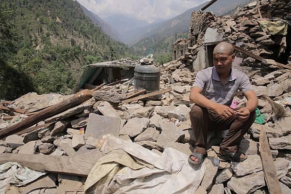 許多失去親人的尼泊爾居民紛紛按照習俗剃頭服喪(台灣世界展望會提供)