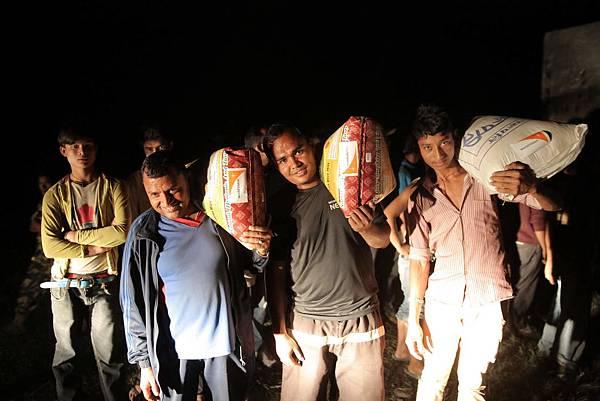 世界展望會正加緊腳步於受災地區發放物資02(台灣世界展望會提供)