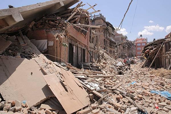 加德滿都舊城區(Thamel)多數房舍已成斷垣殘壁,街道為瓦礫覆蓋(台灣世界展望會提供)