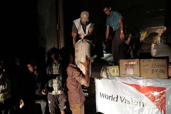 世界展望會正加緊腳步於受災地區發放物資01(台灣世界展望會提供)