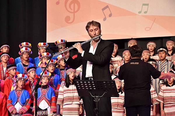 國家交響樂團長笛首席安德石與台灣兒童合唱團共譜犉樂章(台灣世界展望會提供)