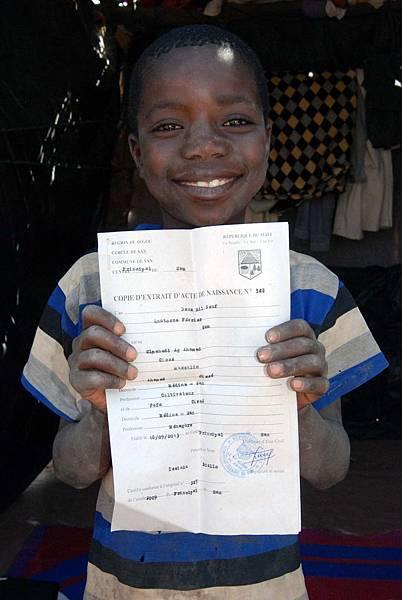 7歲的伊瑪哈第,拿著新辦妥的出生證明,開心準備上學去-台灣世界展望會提供