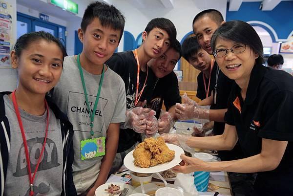 今年端午節第一夫人周美青女士也特別邀請資助多年的3名資助童共享溫馨的午餐聚會01%28台灣世界展望會提供%29