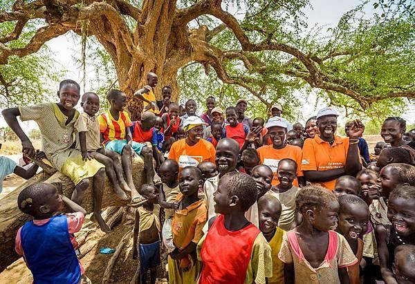 世界展望會在國外貧困地區舉辦兒童社團、青年社團,教導孩子為自己發聲、認識自己應有的權利。(台灣世界展望會提供) 1