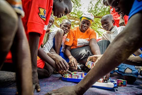 世界展望會在國外貧困地區舉辦兒童社團、青年社團,教導孩子為自己發聲、認識自己應有的權利。(台灣世界展望會提供)  2