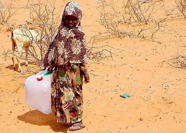 非洲多國兒童與居民持續因為乾旱、戰亂等因素承受著飢餓困境(台灣世界展望會提供).jpg