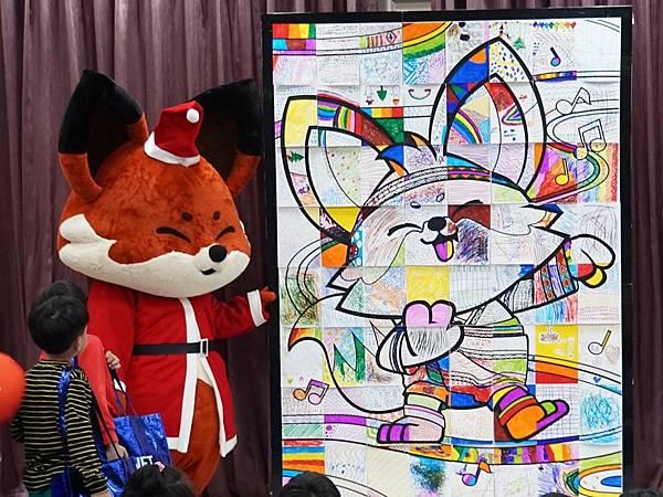 烏來國小的學童集體創作,最後共同拼成一張巨幅圖畫。.jpg