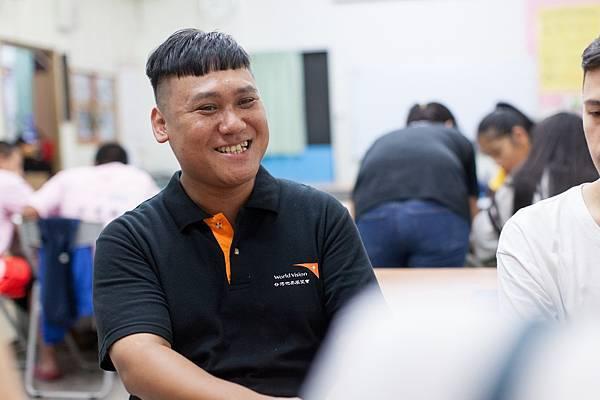 目前在水里學生中心擔任社工員的宋嘉明,過往曾是原住星希望底下的受助童,因為這段受幫助的經驗,讓他明白「支持」是改變弱勢最重要的力量。(台灣世界展望會提供)