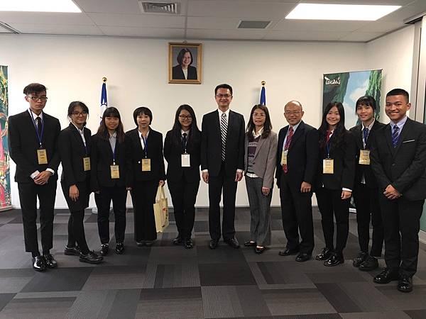 小純(右三)在展望會的資助愛心陪伴下,展現優異的學業表現,就讀高二時更與七個台灣青年代表,一起前往紐西蘭參加原住民學生青年領袖研習會,拓展國際視野。(台灣世界展望會