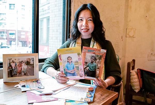 台灣世界展望會資助人楊永苓小姐於2011年開始加入「資助兒童計畫」,一路陪伴來自印度的女孩成長至今。(照片台灣世界展望會提供).jpg