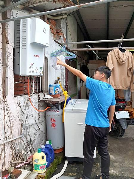 台灣世界展望會的社工員運用「特殊景況扶助金」,為小舒家更換熱水器,讓一家人能擁有安全的居住環境、孩子們受到保護,也能安心生活。(台灣世界展望會提供)