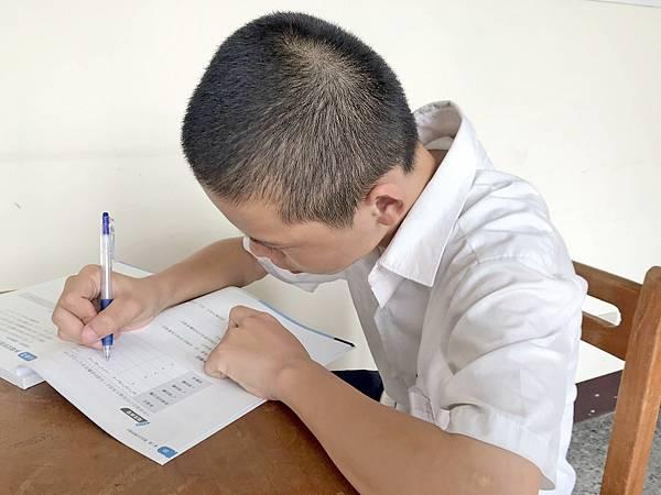 每學期助學金的發放,讓阿偉和妹妹能穩定學習與成長。(台灣世界展望會提供).jpg