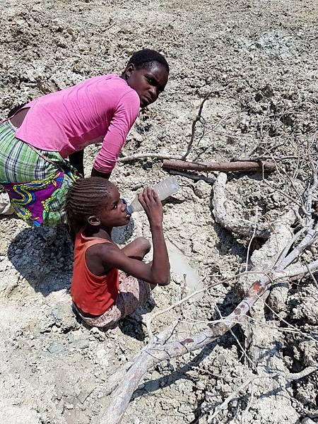 極端氣候造成的天災(旱災、洪災、蝗災…..等)讓全球逾20億人面臨糧食短缺、1.6億兒童生活在嚴重乾旱區(台灣世界展望會提供).jpg