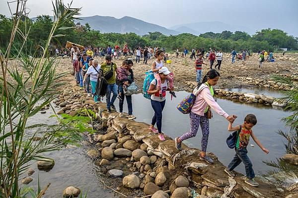 大量難民拖著家當步行穿越委內瑞拉邊界。截至2020年年底,委內瑞拉共有1_270萬境內外難民,境外難民約550萬人(台灣世界展望會提供)(1).jpeg