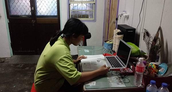 全國學採遠距教學方式學習,這讓家裡沒有數位相關設備的孩童感到苦惱,只能暫時先跟親戚借電腦(台灣世界展望會提供)