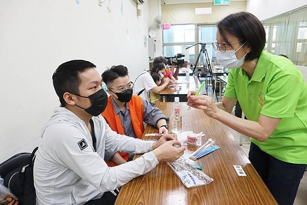伊甸新北市愛明發展中心今年特別邀請社團法人台灣口腔照護協會講師,專業指導視障朋友正確的潔牙步驟。.jpeg