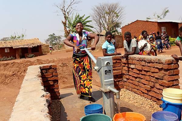 台灣世界展望會透過社區希望計畫,在坎培薩齊蒙鳩社區建造嶄新的水井和供水系統。讓村民就近取用乾淨水資源。(台灣世界展望會提供).jpeg