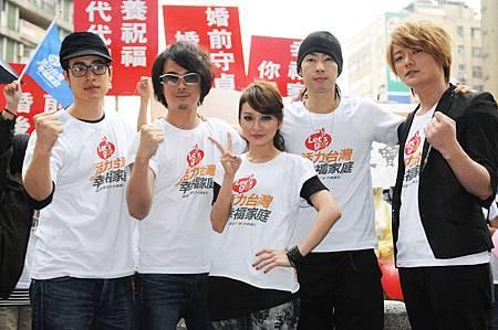 潘帥、F.I.R.、吳建豪在台北東區與民眾義走.JPG