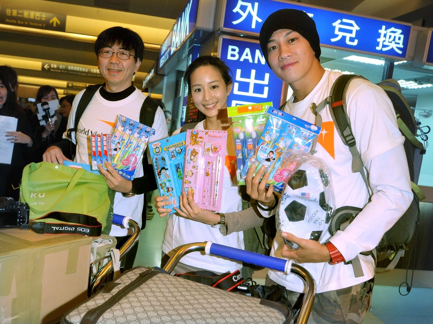 張鈞甯、何潤東為越南小朋友準備了許多文具、盥洗用具等禮物-台灣世界展望會提供.jpg
