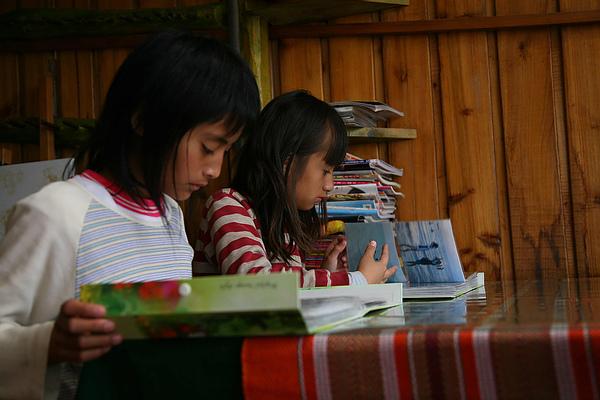 為解決學生的兒童不想上學的問題,學校應結合輔導單位、社區、社服機構,提供輔導計畫,並建立家庭的支持系統,解除他們不想上學的原因-01-台灣世界展望會提供.JPG